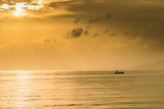 Шлюпка на силуэте моря Стоковое Изображение RF