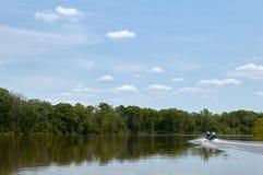 Шлюпка на спокойном сценарном реке на яркий солнечный день стоковое фото rf