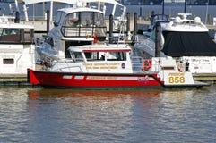 Шлюпка отделения пожарной охраны состыкованная в национальной гавани стоковые фотографии rf