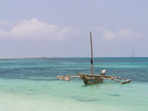 Шлюпка доу на острове Mbudya, близко к Дар-эс-Саламу, Танзания Стоковые Фотографии RF