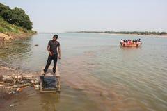 Шлюпка пассажира, река Narmada, Индия Стоковое фото RF