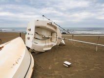 Шлюпка переворачиванная на пляже Стоковые Изображения