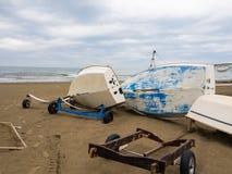 Шлюпка переворачиванная на пляже Стоковые Фото