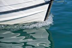 Шлюпка покидая гавань Стоковые Изображения