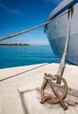 Шлюпка поставленная на якорь в гавани Стоковые Фото