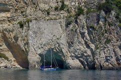 Шлюпка поставленная на якорь в заливе Стоковое Изображение RF