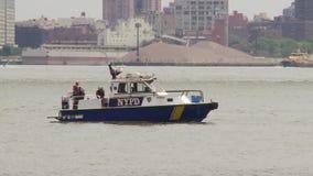 Шлюпка полиции на Ист-Ривер в Манхаттане акции видеоматериалы