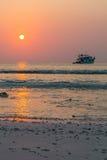 Шлюпка подныривания и заход солнца Стоковое Изображение