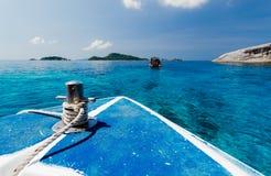 Шлюпка предпосылки моря на море на этап красивого вида моря перемещения Chai животиков Koh острова Tachai популярный на Таиланде Стоковое Изображение