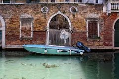 Шлюпка причалила около кирпичной стены dld в Венеции стоковое изображение