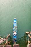 Шлюпка просеивает мост Стоковая Фотография