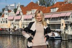 Шлюпка путешествия молодой женщины ждать в Амстердаме, Нидерландах стоковое изображение