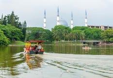 Шлюпка путешествия на озере Shah Alam Малайзии стоковые фотографии rf
