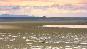 Шлюпка плавает в море на предпосылке красивого видеоматериал