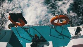 Шлюпка плавает на волны и выходит след в Красное Море движение медленное видеоматериал