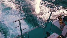 Шлюпка плавает на волны и выходит след в Красное Море видеоматериал
