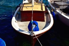 Шлюпка плавания состыкованная в гавани в среднеземноморском Стоковое Изображение RF