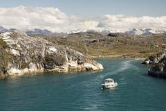 Плавая шлюпка на фьорде Стоковые Фотографии RF