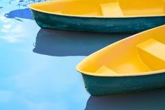 Шлюпка плавая над водой кожи как предпосылка Стоковое Изображение