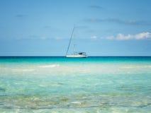 Шлюпка плавая на море Стоковое фото RF