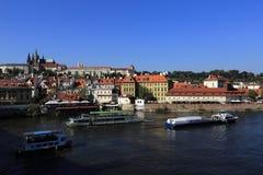 Шлюпка плавая на реку Влтавы, исторические здания, Прагу, чехию Стоковые Фотографии RF