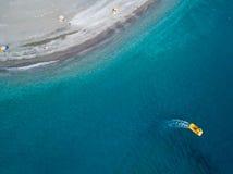Шлюпка плавая сверху и простирание береговой линии побережья, пляжа и каникул, релаксации вид с воздуха стоковое изображение
