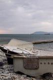шлюпка пляжа старая стоковые фото