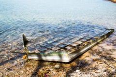 Шлюпка развалины на пляже Стоковая Фотография