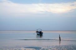 Шлюпка рассвета голубого неба Lowtide штиля на море одиночная Стоковая Фотография RF