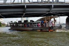 Шлюпка регулярного пассажира пригородных поездов, час пик, Бангкок, Таиланд Стоковое Изображение