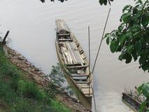 Шлюпка рекой стоковая фотография
