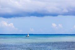 Шлюпка рыболова в океане Стоковые Фотографии RF