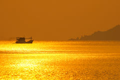 Шлюпка рыболова на времени захода солнца. Стоковое Изображение RF