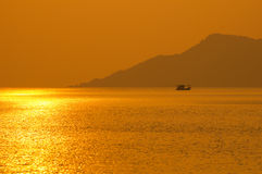 Шлюпка рыболова на времени захода солнца. Стоковые Изображения