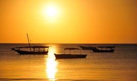 Шлюпка рыболова на заходе солнца Стоковые Изображения RF