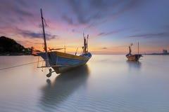 Шлюпка рыболова на заливе Rayong Phe запрета Стоковые Фотографии RF