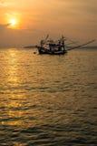 Шлюпка рыболова на море во время захода солнца Стоковое фото RF