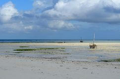 Шлюпка рыболова на пляже в острове Занзибара Стоковое фото RF