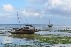 Шлюпка рыболова на пляже в острове Занзибара Стоковые Изображения RF
