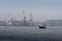 Шлюпка рыболовов выходит порт стоковые изображения rf