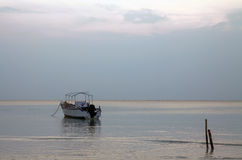 Шлюпка серого seascape рассвета небес одиночная Стоковое Изображение RF