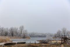 шлюпка сиротливая Лед на озере зима температуры России ландшафта 33c января ural Стоковое Фото