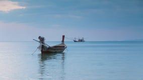 Шлюпка сидя в горизонте берега моря, естественная предпосылка длинного хвоста ландшафта Стоковое Изображение
