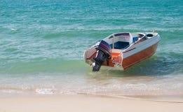 Шлюпка скорости на пляже Стоковые Фотографии RF