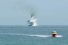 Шлюпка сопроводителя для сопровождая кораблей. Стоковые Фотографии RF