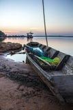 Шлюпка, старая, река, затишье, синь, вода, утро Стоковое Изображение