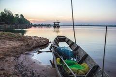 Шлюпка, старая, река, затишье, синь, вода, утро Стоковые Изображения RF