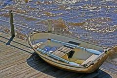 Шлюпка строки на доке с голубыми веслами Стоковая Фотография