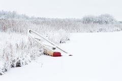 Шлюпка строки на пляже в зиме Стоковые Фото