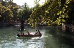 Шлюпка строки объезжает Ayn-i Zeliha (священный бассейн) в разделе Golbasi Urfa (Sanliurfa) в восточной Турции Стоковое Фото